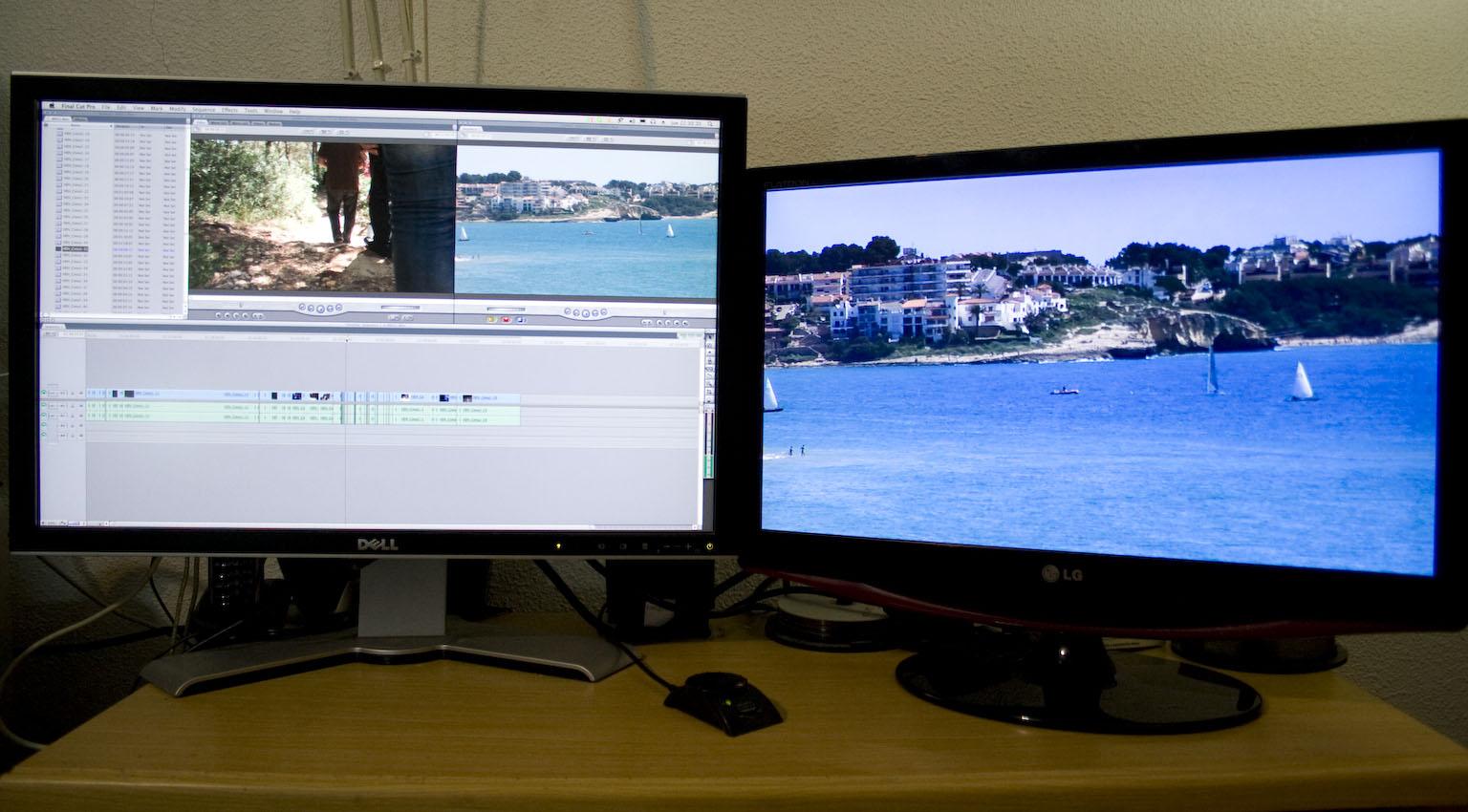 Editando en dos monitores, uno de ellos conectado a un dispositivo de salida de vídeo como la Intensity Pro o la MXO2 Mini